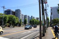 道路左側には私立水城高等学校があります。